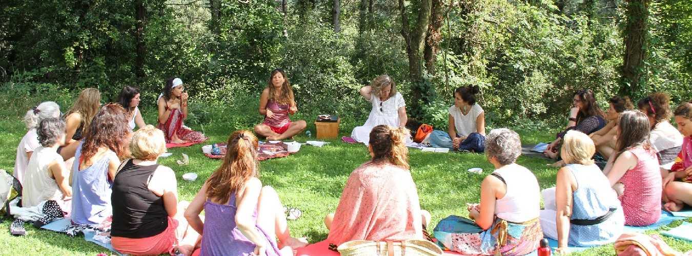 Testimonios formación Mujer Consciente en círculo en el cesped con sol
