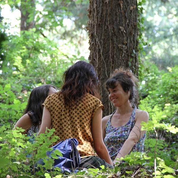 3 Mujeres miradas bosque Retiro de la Misión mujerconsciente