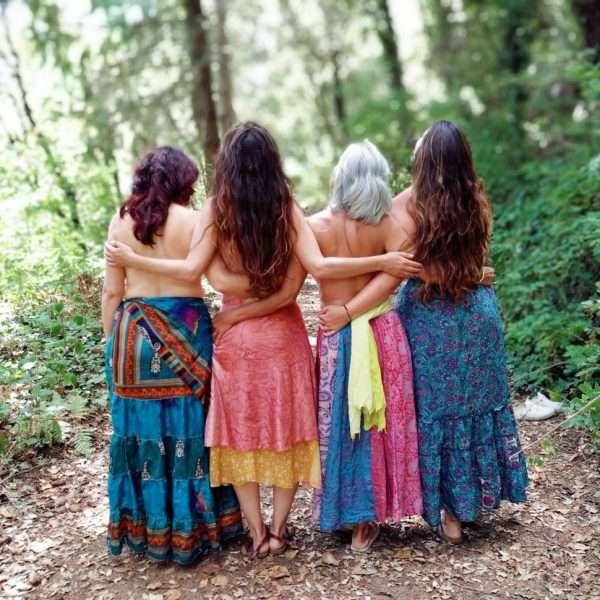 4-mujeres-en-el-bosque-con-el-torso-desnudo.jpeg