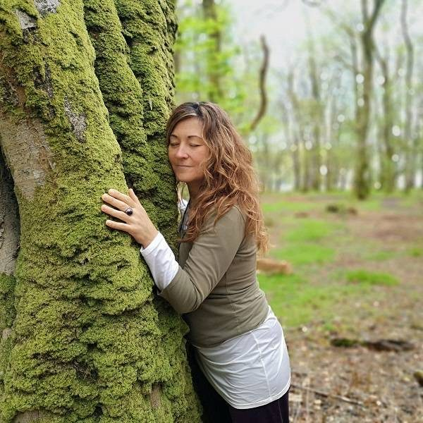 Carmen Hernandez Rosety Mujer Consciente Abrazo Árbol