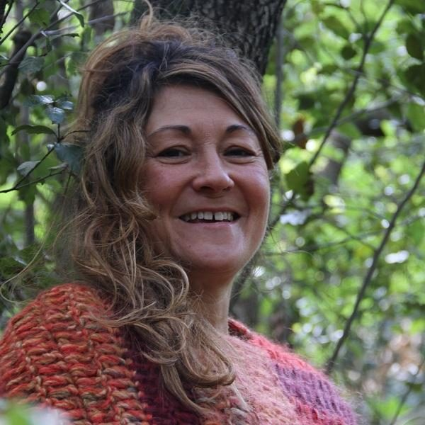 Carmen Hernandez Rosety Mujer Consciente Bosque poncho rojo