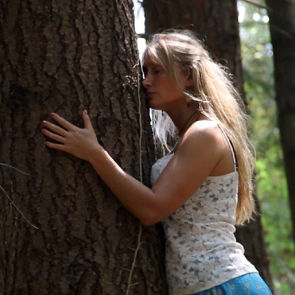 Mónica abrazando árbol Curso Online Mujer Salvaje mujerconsciente