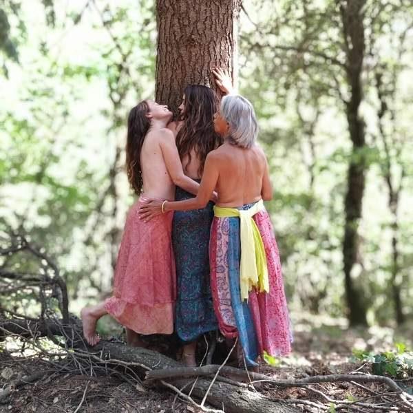 Mujer abrazadas árbol Formación Mujer Guía mujerconsciente