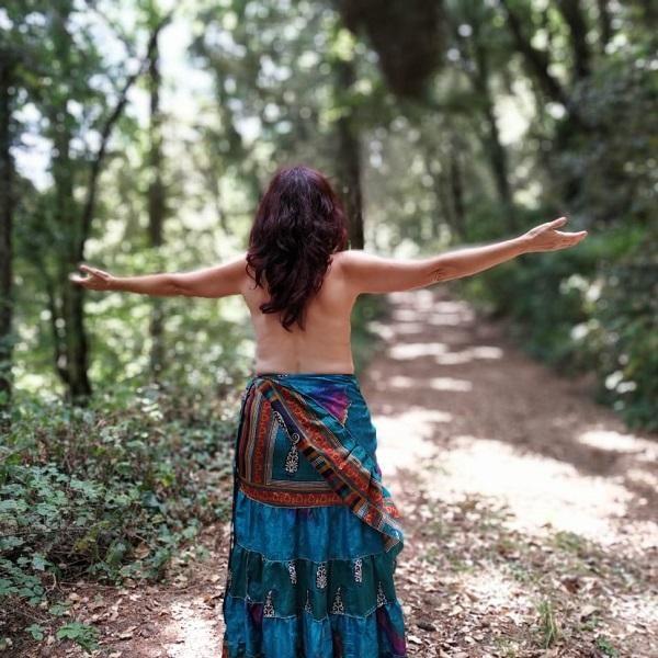 Mujer brazos abiertos Retiro de la Misión mujerconsciente